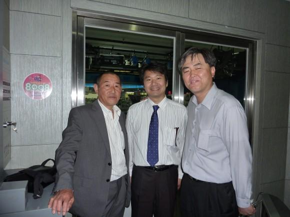 佐口氏と三浦氏がシンさんと記念撮影
