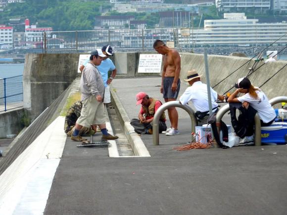 岩牡蠣をつかみ取りする釣り師達