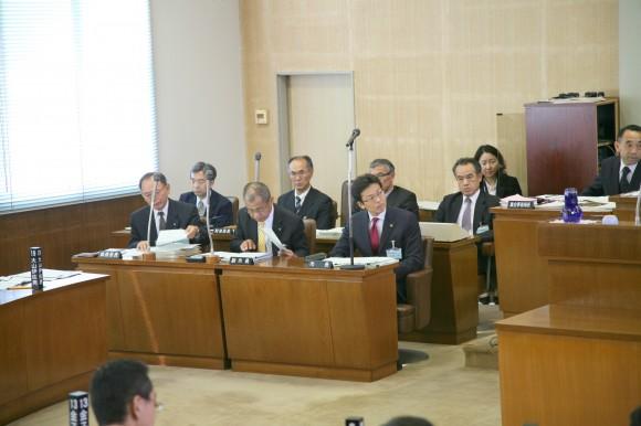 桜井副市長、植野総務部長、後部中央が新田財政部長