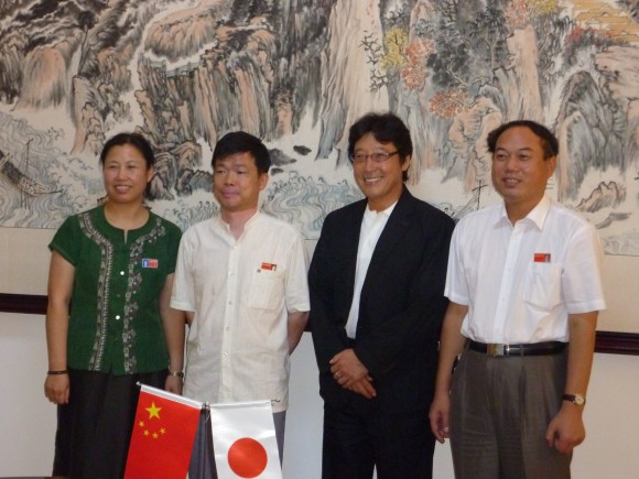 孫淑敏外国語学院長教授(左)