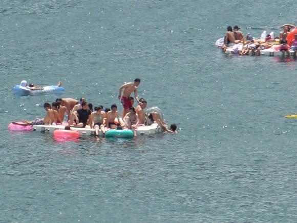 いかだ遊びに興ずる海水浴客