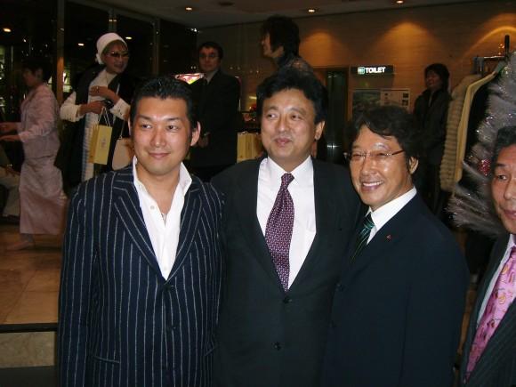 渡辺周総務副大臣(中央)