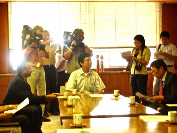 報道陣に囲まれる斉藤市長