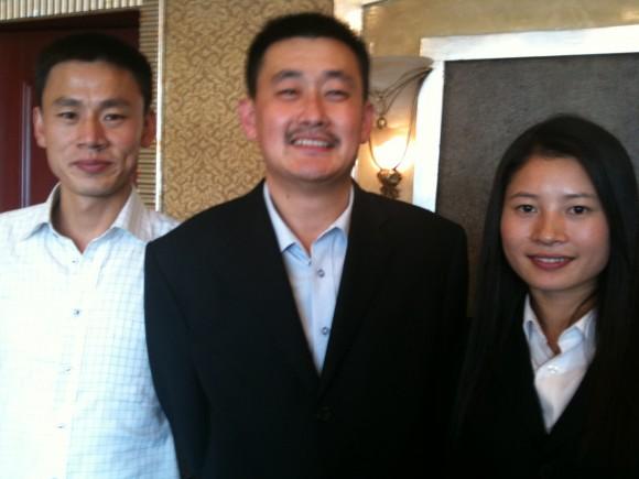 張氏(中央)とスタッフ