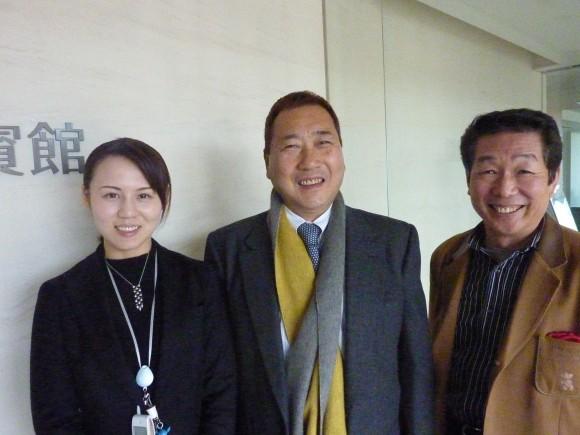 片山華総支配人(左)