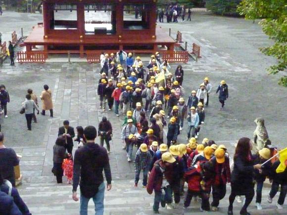 多くの修学旅行生が参拝