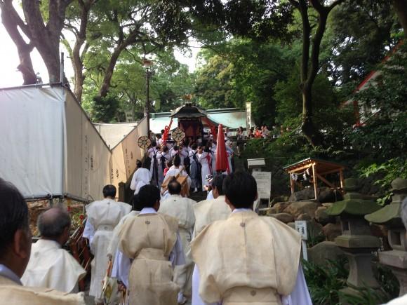 神社山門登り