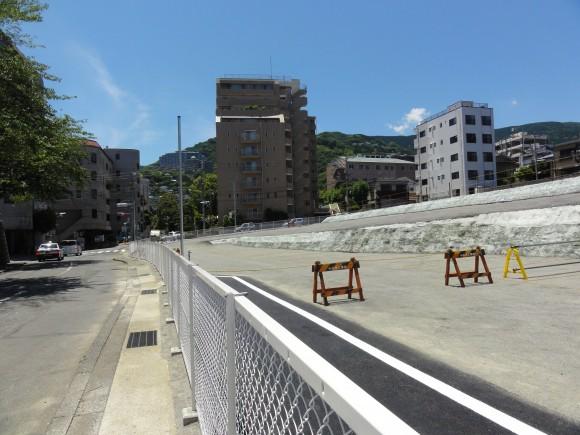 旧岡本ホテル舗道とフェンス