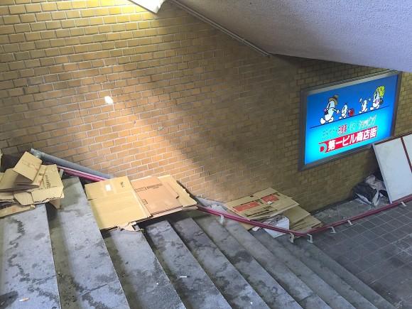 駅ビル階段通路ホームレス化現象